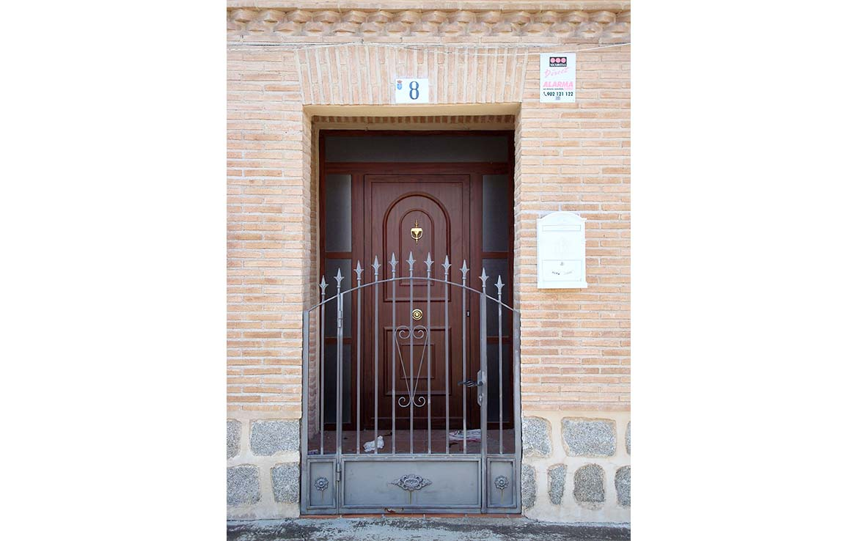 Ayudamos a encontrar financiacion - Venta de chalet en calle Alsaciana, 8, Ajofrín, Toledo - Puerta de entrada