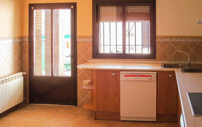 Compre chalet unifamiliar adaptado en venta, calle Alsaciana, n. 8, Ajofrin (Toledo) - Cocina: Salida a patio