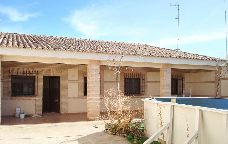 Oferta para compra de chalet en ventaen calle Alsaciana, 8, Ajofrín, Toledo - Jardín parte trasera y piscina