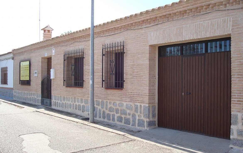 Vendemos vivienda chaleten calle Alsaciana, 8, Ajofrín, Toledo - Fachada principal y garaje